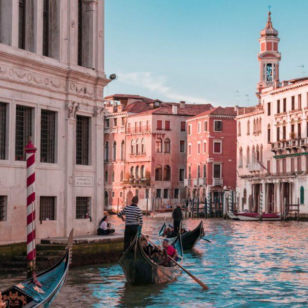 canal grande mit gondola - typisch venezianisches Boot - venedig