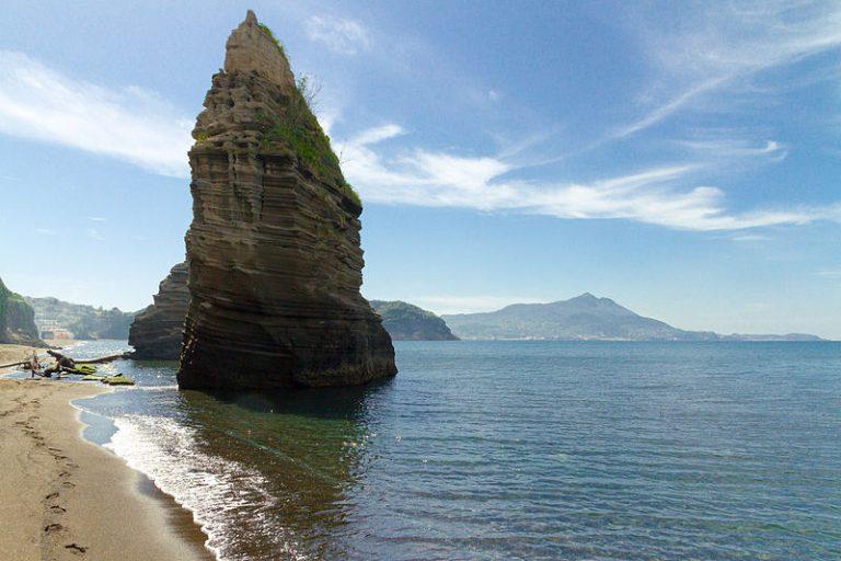 Faraglioni alla spiaggia libera di Ciaccio - Procida