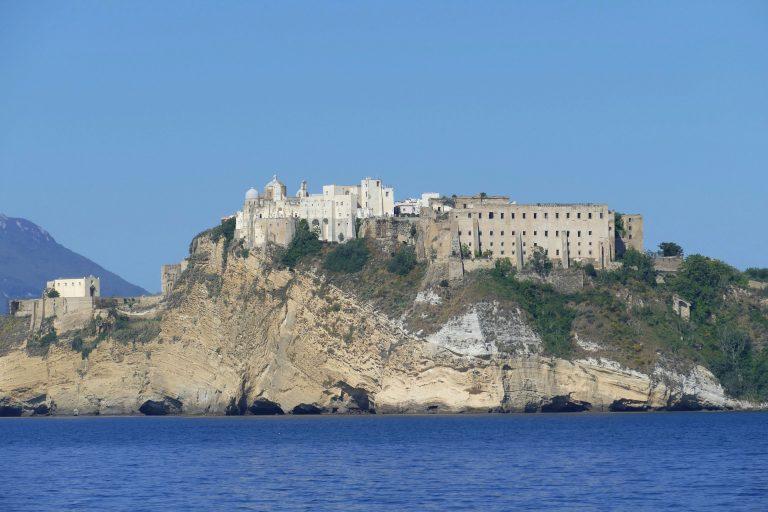 Vista su Procida dal golfo di Napoli